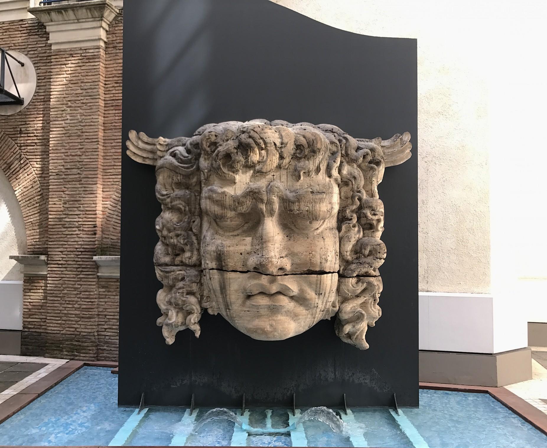 Der Gorgonenbrunnen im Innenhof des Singlspielerhauses